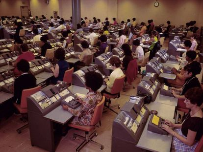 Mujeres (y solo mujeres) trabajando en el departamento de administración de Bank of America.