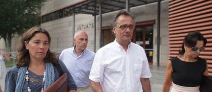 Jorge Batesteza, en el centro de la imagen, sale de la juzgados de Reus.
