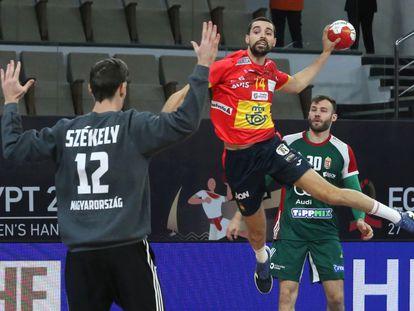 Ferran Solé, en una acción de la primera parte contra Hungría.