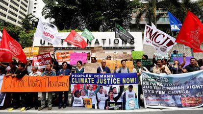 Activistas medioambientales protestan durante la jornada inaugural de la Conferencia del Cambio Climático en Bangkok el 4 de septiembre.