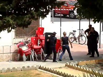 Un hombre se atrinchera armado en un bar de Vélez-Málaga