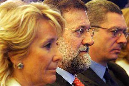 Aguirre, Mariano Rajoy y Alberto Ruiz-Gallardón, el pasado jueves, en el Ayuntamiento de Madrid.