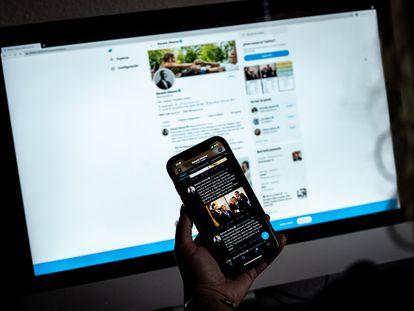Una persona consulta la página de Twitter de Obama, en una imagen de archivo.