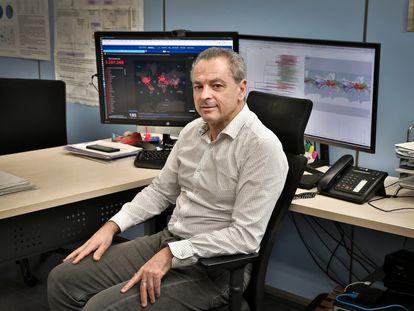 El genetista Fernando González Candelas, en su despacho en la fundación Fisabio de Valencia.