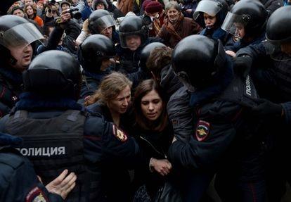 Dos integrantes del grupo Pussy Riot son trasladadas por la policía durante una protesta multitudinaria en Moscú, en 2012.