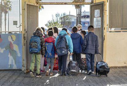 Varios alumnos acceden a un colegio en Valencia.
