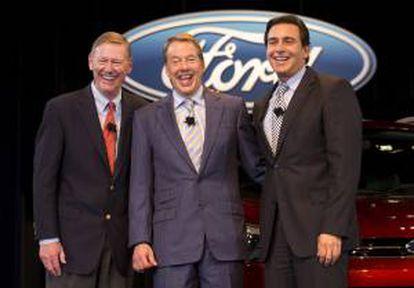 El jefe de operaciones de Ford, Mark Fields (d), el presidente de la compañía, Alan Mulally (i), y el presidente del consejo de administración de la empresa, Bill Ford (c), posan para la prensa en Dearbon, Michigan, Estados Unidos, este 1 de mayo de 2014.