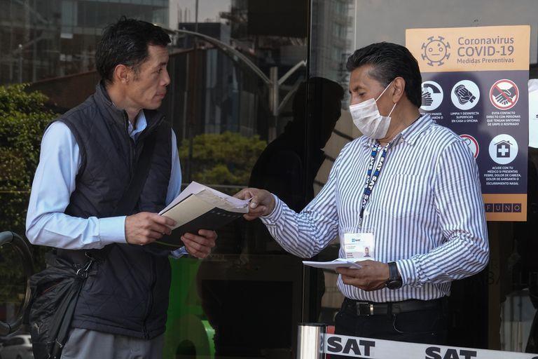 Debido a la emergencia nacional por COVID-19, funcionarios del SAT comenzaron a atender a la ciudadanía solo con cita previa, en abril del 2020.