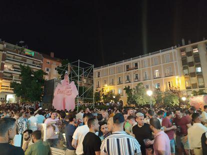 Botellón en la plaza Pedro Zerolo de Madrid durante las fiestas del Orgullo 2021.