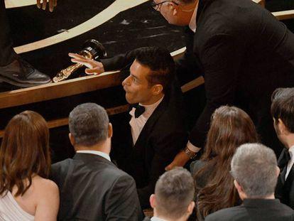 El actor Rami Malek, durante su caída del escenario, en la gala de los Oscar. En vídeo, el discurso de Malek tras ganar el Oscar.