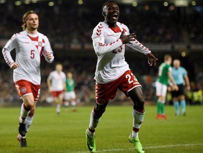Pione Sisto celebra un gol con Dinamarca.