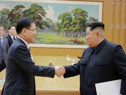Un enviado de Corea del Sur le entrega la invitación al presidente estadounidense en la Casa Blanca