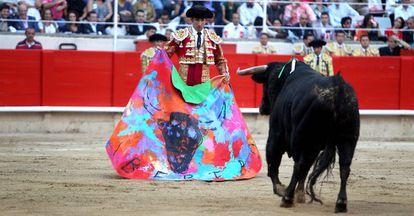 """El torero Serafín Marín recibe a su primer toro, de El Pilar, con un capote en el que está escrita la palabra """"Libertad"""", durante la última corrida de toros celebrada en la plaza Monumental de Barcelona después de que el Parlamento de Cataluña decidiera su prohibición"""