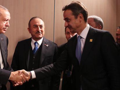 El presidente de Turquía, Recep Tayyip Erdogan y el primer ministro griego, Kyriakos Mitsotakis, se saludan en un encuentro de la OTAN el pasado diciembre.