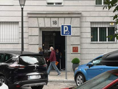 La puerta del hotel de la cadena Room Mate donde se hospeda Díaz Ayuso desde mediados de marzo, este miércoles por la mañana.
