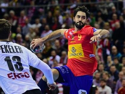 Entrerríos se eleva por encima de Pekeler en un España-Alemania en la final del Europeo de 2016.