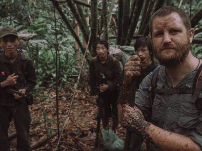 David Beriain con algunos de los miembros de la tribu 'hmong'.
