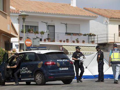 La Policía Nacional, a las puertas de la vivienda en la que ha ocurrido el parricidio.