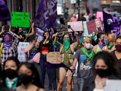 Colectivos feministas protestan en Puebla (México), en diciembre.