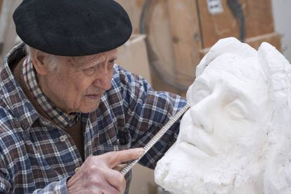 El escultor salmantino Venancio Blanco trabaja en su fundación en 2014.