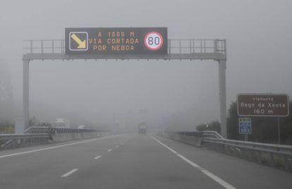 Imagen de la A-8 cortada por la niebla.