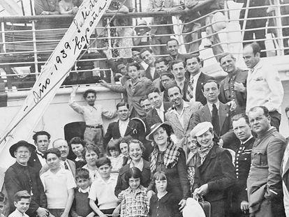 La familia de Sergio Cabrera, con otros exiliados, en 1939, antes de zarpar hacia la República Dominicana. / ARCHIVO FAMILIAR DE SERGIO CABRERA