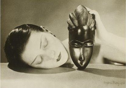 Máscara de metal. 1930-1940. Gelatina de plata. Sello Man Ray Photographs. Tiraje de época. 4.000 euros.