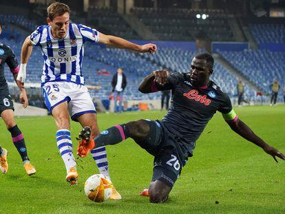 Jon Bautista intenta centrar ante Koulibaly durante el encuentro entre la Real Sociedad y el Nápoles en San Sebastián este jueves.
