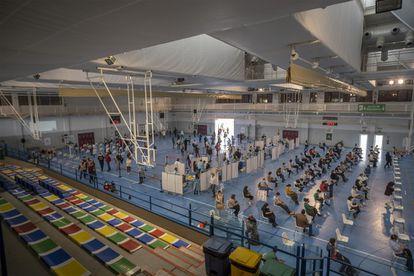 Sanitarios administran la vacuna de AstraZeneca en un pabellón deportivo de la Universidad de Sevilla.