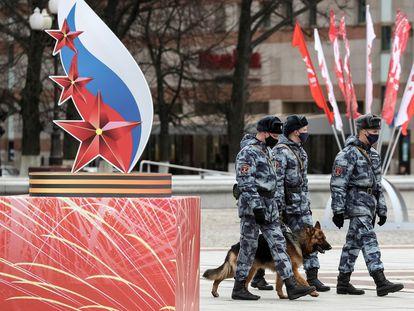 Miembros de la guardia nacional caminan frente a un emblema conmemorativo por el 75 aniversario de la victoria de la URSS sobre los nazis, este jueves en Kaliningrado.