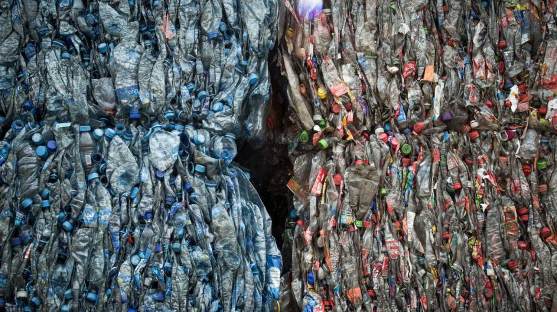Plástico prensado en el interior de una recicladora cerca de Toluca.