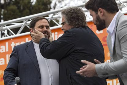 Joan Tardà saluda afectuosamente a Junqueras, este sábado, en Gavà