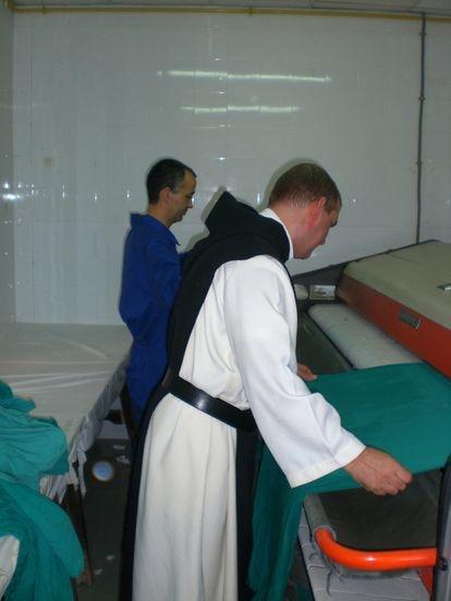 Los monjes cistercienses del monasterio de las Escalonias de Córdoba, en una imagen de archivo, mantienen su actividad en su lavandería