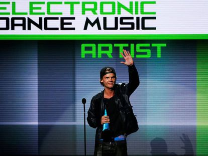 Avicii recibe el premio a mejor artista de música electrónica en la entrega de los 41 American Music Awards en Los Ángeles en 2013.