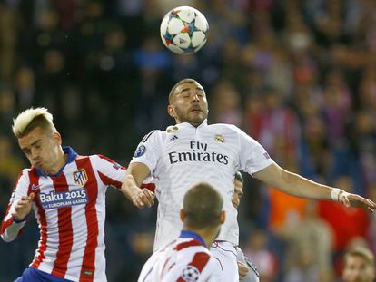 Griezmann y Benzema saltan a por la pelota.