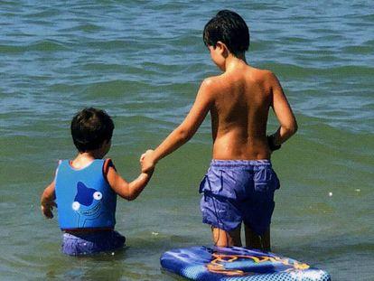 Otto, derecha, junto a su hermano pequeño, Alejo, en el mar.