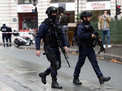 Agentes de policía establecen un perímetro de seguridad tras el ataque cerca de la antigua sede de 'Charlie Hebdo'.