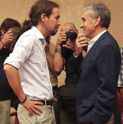 Pablo Iglesias, líder de Podemos, en el Congreso con el socialista Ramón Jáuregui en junio.