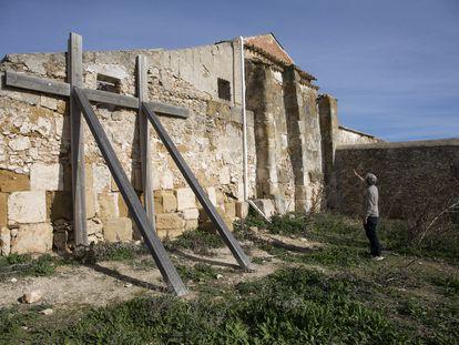 El historiador Virgilio Martínez Enamorado señala las distintas partes que se conservan de una mezquita árabe del siglo IX integradas en los restos del cortijo.