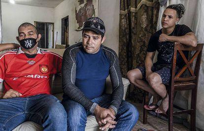 Tres cubanos, en su casa de la ciudad de Reynosa (Tamaulipas, México).