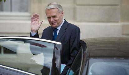 El primer ministro francés, Jean-Marc Ayrault,saluda hoy a su salida de la reunión semanal del gabinete en el Elíseo.