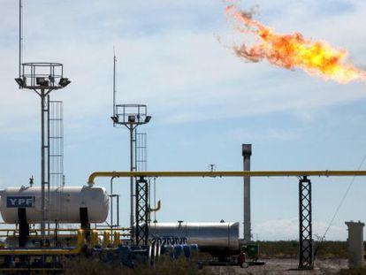 Torres de perforacion y fracking en Vaca Muerta.