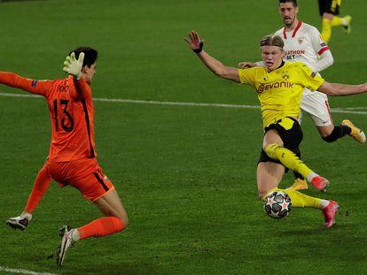 Haaland marca su primer gol ante el Sevilla.