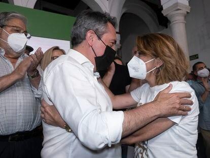 Susana Díaz felicita a Juan Espadas tras conocerse los resultados de las primarias, este domingo en la sede regional del partido en Sevilla.