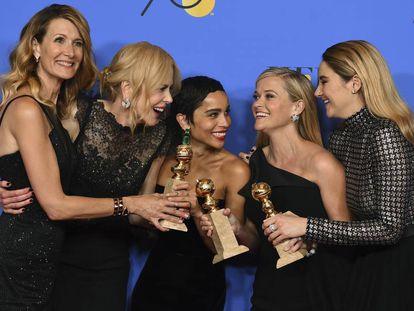 Las actrices Laura Dern, Nicole Kidman, Zoe Kravitz, Reese Witherspoon y Shailene Woodley, vestidas de negro, en los Globos de Oro de 2018.
