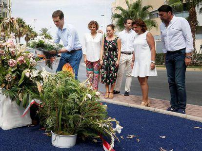 El presidente del PP, Pablo Casado, deposita un ramo de flores en un monolito que recuerda a las dos víctimas del atentado de ETA contra la casa cuartel de Santa Pola en 2002.
