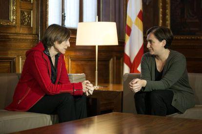 Carme Forcadell, presidenta del Parlament, durante la visita que ha realizado esta mañana a Ada Colau, alcaldesa de Barcelona.