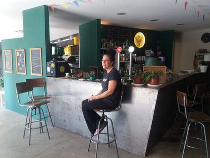 Vane Vigas, actual responsable del bar del Club Viladrau, retratada en la barra.
