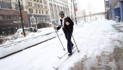 Un mujer esquía para llegar al trabajo en Detroit.