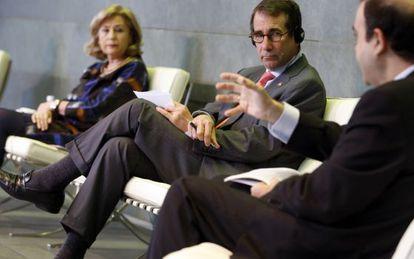 Dolores Flores del Ayuntamiento de Madrid, el embajador Alan D. Solomont y Julio González, director de la Fundación Real Madrid.